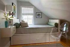 Ideias de decoração para quarto no sotao. Sotao pequeno, cama com gaveta madeira Branca. Cadeira transparente