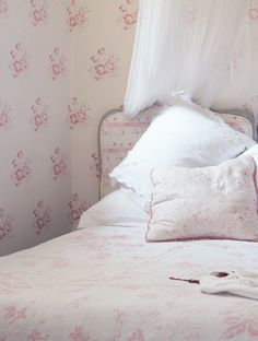 Gorgeous girly bedroom, Cabbages & Roses