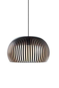 Die Secto Design Atto 5000 ist eine LED Pendelleuchte handwerklich gefertigt aus finnischem Birkenholz. Die Holzverstrebungen sind sorgsam per Hand zusammengefügt und sorgen im Raum für eine natürliche Optik. Der Aufbau des Leuchtenschirms in...