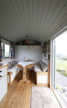 Best Tiny House Ideas Cottages & On Wheels Tiny house, living in a small space, plans, interior cottage DIY, modern small house on wheels- Tiny house ideas Beach Hut Interior, Shed Interior, Home Interior Design, Small Tiny House, Tiny House Living, Tiny House Plans, Small Houses On Wheels, House On Wheels, Shepherds Hut