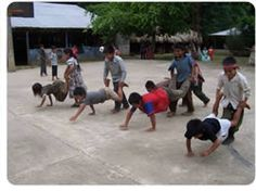 Niños jugando a la carretilla humana
