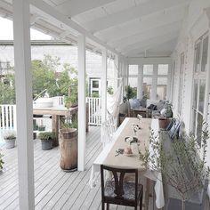 Tur att vi byggde veranda med tak så man kan njuta av den svenska sommaren utan att bli blöt😂 #veranda #sekelskifte #svensksommar #villamariedal #renovering #sekelskiftehus #extrior
