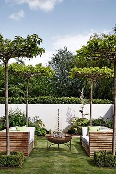 courtyard in Kent Barn Conversion in Real Homes, Interior Design Ideas. The courtyard garden seating area at with chairs, small table and plants at a modern barn conversion in Kent.
