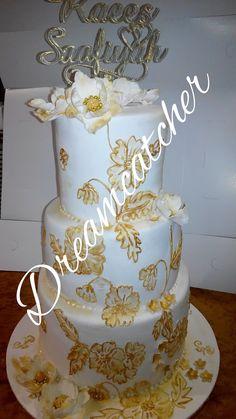 Gold n white wedding cake https://www.instagram.com/p/BlClv3GnHP8FzqJmnbpxo7wnn_ZUkSEQ_Uthfo0/?utm_source=ig_share_sheet&igshid=1aevwcrsp01n6
