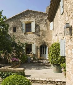I wanted to show you this gorgeous garden in Provence.      It is a lovely mixture of formal, like the clipped box hedges and informal, li...