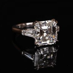 emerald-cut classic engagement ring shared by Anillo de compromiso Dream Engagement Rings, Classic Engagement Rings, Engagement Ring Cuts, Pretty Rings, Beautiful Rings, Emerald Cut Diamonds, Three Stone Rings, Ring Verlobung, Dream Ring