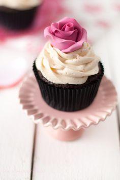 Cupcakes de dos chocolates con fresas