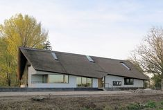 Van Bergen & Witte Architecten (Project) - Landhuis in Zuidhollands rivierenlandschap - PhotoID #256139 - architectenweb.nl Bergen, Arch Building, Thatched Roof, Modern Barn, Beautiful Homes, Cool Designs, Villa, Cabin, House Styles