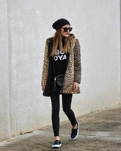 Cute trendy leopard print coat over all black casual outfit. Fall Winter Outfits, Autumn Winter Fashion, Mode Outfits, Casual Outfits, Sneakers Fashion Outfits, Casual Shoes, Leopard Print Coat, Leopard Jacket, Leopard Vans Outfit