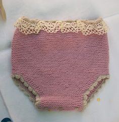 BRAGUITA EN P. MUSGO COLOR ROSA PALO PRIMERA POSTURA      Delantero  Con lana rosa palo  Montar 24 p. y tejer 10 v. (2 pas) en p. musgo.   ...
