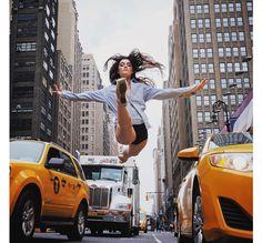 Capturer la beauté d'une ballerine virevoltant dans l'air, le photographe Omar Z. Robles a choisi de le faire dans la rue.