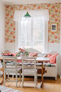 En klassisk skomakarlampa ger gammaldags torparkänsla åt köket, som är inrett med en ärvd kökssoffa och pinnstolar från loppis. Det fina bordet har Karins farfar snickrat. Tapeten heter Jordgubben och kommer från Boråstapter. Beautiful Wall, Beautiful Homes, Interior Decorating, Interior Design, Rustic Interiors, Interior Inspiration, Valance Curtains, Sweet Home, Cottage