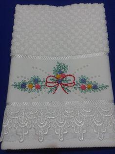 Toalha de lavabo bordada à mão, em ponto rococó com acabamento em guipir. <br>100% algodão. <br>cor: branca <br>peso: 60 gr + embalagem <br>frete sob consulta