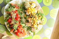Pół placka tortilli, Ok. 40-80 gram pstrąga łososiowego wędzonego (w dobrej cenie w Biedronce) Serek (najlepiej twarożek domowy Piątnica lub serek śmietankowy Delikate - mają dobry skład) Kiełki brokuła, Garść rukoli, 5-8 pomidorków koktajlowych