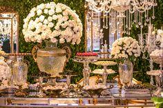 Brenda e Cauey tiveram um casamento clássico no Castelo de Batel, em Curitiba. Rossana Lazzaroto cuidou da decoração, que ganhou muitos cristais, flores br