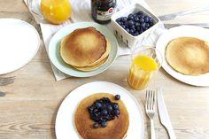 Tykke og søte Amerikanske pannekaker med blåbærsyltetøy