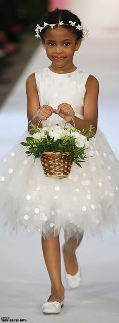 Flower Girls | Oscar De La Renta Bridal SS 2014-15 ♔ Très Haute Bride ♔ |#flowergirls #wedddings
