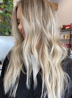 Highlights for bright and dimensional blonde hair Blonde Hair For Brunettes, Brunette With Blonde Highlights, Brown Hair With Highlights And Lowlights, Blonde Foils, Blonde Hair Looks, Bright Blonde, Hair Highlights, Highlighted Blonde Hair, Full Head Highlights