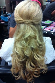Beautiful hairstyle with long blonde wavy hair | found in @PinsByDennis