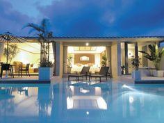 沖縄といえば青い海。どうしても優雅なリゾートホテルに泊まって楽しいひとときを過ごしてみたいと思ってしまうものです。今回は、gooランキングが発表した「一度は泊まってみたい沖縄のホテルランキング」をご紹介。どのホテルにもそこにしかない魅力がつまっていて、どこに泊まるか迷ってしまう事、間違いなしです。