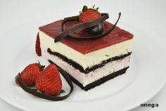 Esta tarta combina perfectamente tres ingredientes básicos en pastelería, las fresas, el queso y el chocolate. El resultado es una tarta fresquita, ligera, ideal para comidas copiosas, además es pe…