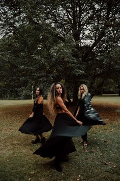 Witch Coven Photoshoot, Halloween Aesthetic and Photoshoot, Easy DIY Halloween costumes Diy Halloween Costumes For Women, Halloween Inspo, Halloween Pictures, Cute Halloween, Halloween 2020, Kid Costumes, Children Costumes, Halloween Halloween, Vintage Halloween