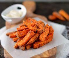 Krokante zoete aardappelfrietjes zijn zo ontzettend lekker, makkelijk om te maken in de oven en ook nog eens gezond, wat wil je nog meer?