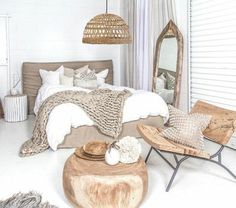 Idées chambre à coucher design en 54 images sur Archzine.fr Organic bedroom, with a rattan pendant light, wood table, wood chair and wood mirror with brown and white colors. Love the neutral palette for this room. Home Bedroom, Modern Bedroom, Bedroom Furniture, Furniture Design, Bedroom Decor, Bedroom Rustic, Wood Furniture, Bedroom Ideas, Minimalist Bedroom