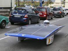 """what falls from cosmos on teh earth, makes cars to move ... 5.400 kilomètres. C'est la distance que doivent parcourir en 11 jours les concurrents du Sasol Solar Challenge, une course opposant des véhicules à énergie solaire dans toute l'Afrique du Sud. Le prototype japonais """"Tokai Challenge"""" est ici photographié lors de son arrivée à Cape Town, le 21 septembre. (NIC BOTHMA/EPA/MAXPPP) http://tempsreel.nouvelobs.com/galeries-photos/photo/20120206.OBS0683/24-heures-en-images.html#photo"""