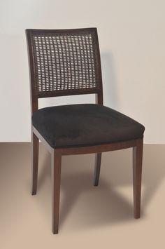 Materiales: Madera de guindo lustrada y tapizada, esterilla en el respaldo. Tela a elección. Medidas: 0,45 mt de frentex 0,40 mt de profundidad x 0,88 mt de altura. Al asiento 0,47 mt