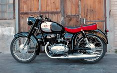 A garage for special motorcycles and cafe racers Yamaha Bikes, Cycling Bikes, Friends Cafe, Bmw 328, Custom Trikes, Bmw K100, V Rod, Classic Motors, Sidecar