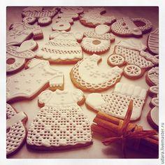 Купить или заказать Прянички на  крестины  ребенка - белые, золотые, ажурные в интернет-магазине на Ярмарке Мастеров. крестильные наборы из 15 ажурных пряничков (11 средних+4 маленьких) в коробке прянички на рождение, крестины или смотрины ребенка - белые, ажурные (для мальчиков можно сделать крестильную рубашку, для девочки - платьице) прянички для девочки, цветные здесь www.livemaster.ru/item/681913-suveniry-podarki-pryanichki-na-rozhdenie-ili прянички для мальчика, цветные здесь…