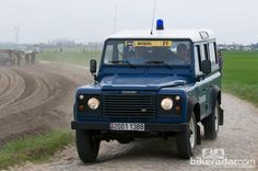 The main command vehicle for the Garde Républicaine at this race is a Land Rover Defender  © Robin Wilmott/BikeRadar