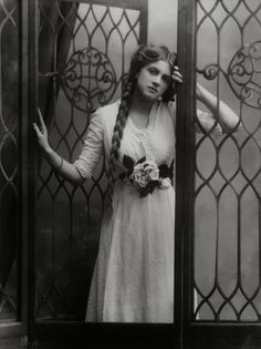 ↢ Bygone Beauties ↣ Vintage photograph of Dame Gladys Cooper by Alexander Bassano, half-plate negative, 1910 - National Portrait Gallery, London. Vintage Abbildungen, Images Vintage, Photo Vintage, Vintage Pictures, Vintage Beauty, Old Pictures, Old Photos, Vintage Ladies, Vintage Style