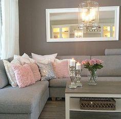deco salon gris, coussins roses et blancs, bougeoirs argentés, grand miroir rectangulaire