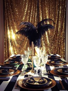 Table de réveillon sur le thème de Gatsby le magnifique : du noir, du doré, des perles et des plumes.  #gatsby #party #gatsbyparty #artdeco #newyear #nouvelan #fete #anniversaire #birthday #sweettable #glitter #gold #dore www.rosecaramelle.fr Great Gatsby Theme, Gatsby Themed Party, Theme Nouvel An, Deco Nouvel An, Harlem Nights, Aesthetic Themes, Party Themes, Quelque Chose, Deco Furniture