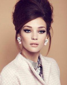 Femme maquillée dans un style vintage