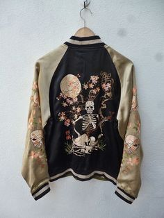 This vintage bomber jacket incorporates Japanese culture through the embroidery. In Zara, there are many pieces like this and it's become a staple piece in almost everyone's wardrobe giving off that subtle culture vibe and edge. Looks Style, Style Me, Mode Ootd, Look Fashion, Womens Fashion, Fashion Styles, Fashion Trends, Inspiration Mode, Grunge Style