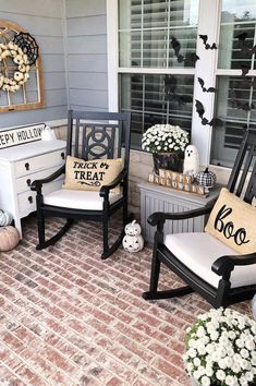 Fall is in full swing and it's time to start thinking about how you want to decorate your front porch for Halloween. Looking for the best Halloween front porch decor ideas? You've come to the right place! Halloween Veranda, Farmhouse Halloween, Halloween Porch, Halloween Ideas, Haunted Halloween, Happy Halloween, Halloween Decorations, Ensemble Patio, Veranda Design
