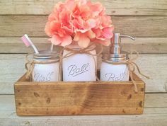 This is a beautiful mason jar bathroom set with optional planter box.   One quart Ball vase with flowers Planter box measures Approx. 13 long 3 tall and 5 wide. {Optional} One pint Ball soap dispenser with a high quality stainless steel pump One pint Ball jar for toothbrushes, cotton balls or make-up brushes  This planter is made of hand selected pine.   All my items ship priority with tracking and insurance included.  Want a different color mason??? Please see the color options when you scro...