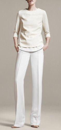 Los pantalones rectos mas el total White le dan mucho carácter y estilo al outfit