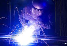 Die Funktionsweise beim Rollennahtschweißen besteht darin, dass zwei Rollen, z.B. bei zwei Blechen, mit leichtem Stromfluss die Werkstücke zusammenfügen.