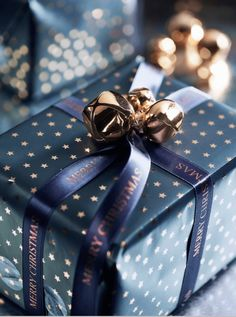 Best Gift Wrapping ideas in a unique way. Simple and attractive ideas to pack gifts. First impression of a gift is from outer look so wrap in a unique way. Noel Christmas, Best Christmas Gifts, Simple Christmas, All Things Christmas, Diy Gifts, Holiday Gifts, Christmas Decor, Christmas Ideas, Christmas Mantles