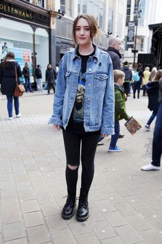 Live At Leeds Street Style: the 1460 boot. Rachel Green, Grunge Outfits, 90s Fashion Grunge, Grunge Boots, Queer Fashion, Dr. Martens, Dr Martens 1460, Dr Martens Outfit, Doc Martens Style