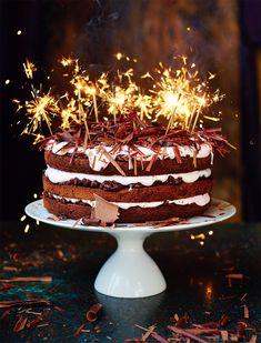 """Deze ultieme chocolade feesttaart komt uit Jamie Oliver's nieuwe boek """"Jamie's comfort food"""". Uitgegeven door Kosmos Uitgevers en te koop voor € 29,99. Jamie: """"Elk huishouden hoort een fantastische chocoladetaart op zijn repertoire te hebben. Of het nouis om simpelweg aan je chocoladequotum te voldoen, voor een speciale gelegenheid waarbijeen vers gebakken taart niet mag […]"""