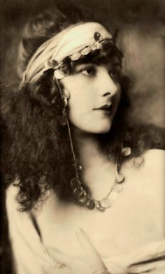 ↢ Bygone Beauties ↣ vintage photograph of Marjorie Leet, Ziegfeld Follies Girl, late 1920s, Photo by Alfred Cheney Johnston