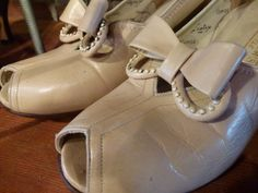 Can I haz these '40s peep-toe shoes, pretty please?
