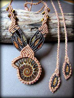 店主が気に入って長く愛用している作家さんによるハンドメイドネックレスです。一編み一編み丁寧に時間をかけて編まれています。石は作家さんがクオリティの高いものを1つ1つ厳選チョイスしています。こちら、ぐる…