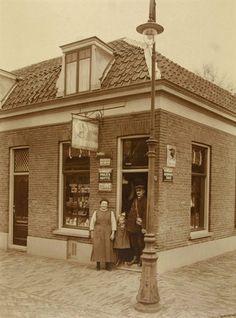Gezicht op de kruideniers- en bakkerswinkel van A. van Lakerveld (Depot van de Korenschoof, Zandhofsestraat 176) te Utrecht.