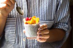 Segíti a fogyást, tele van rostokkal, és nagyon finom: így készítsd el a chiapudingot, hogy tökéletes legyen - Fogyókúra   Femina Savory Snacks, Easy Snacks, Healthy Snacks, Healthy Sweets, Healthy Dinners, Homemade Trail Mix, Homemade Granola Bars, Chia Seed Recipes For Weight Loss, Chia Puding